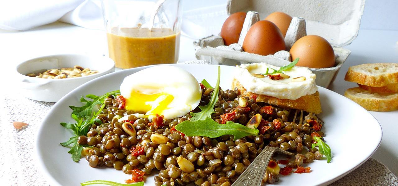 salade_lentilles-œuf-mollet,-fromage-de-chèvre,-tomates-séchées-et-pignons